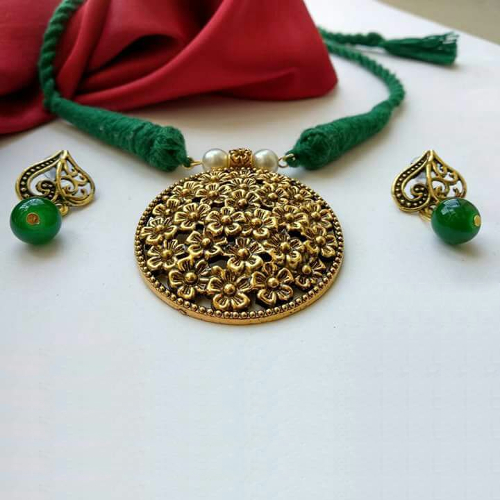 Green Threaded Round Pendant Necklace Jewellery Set